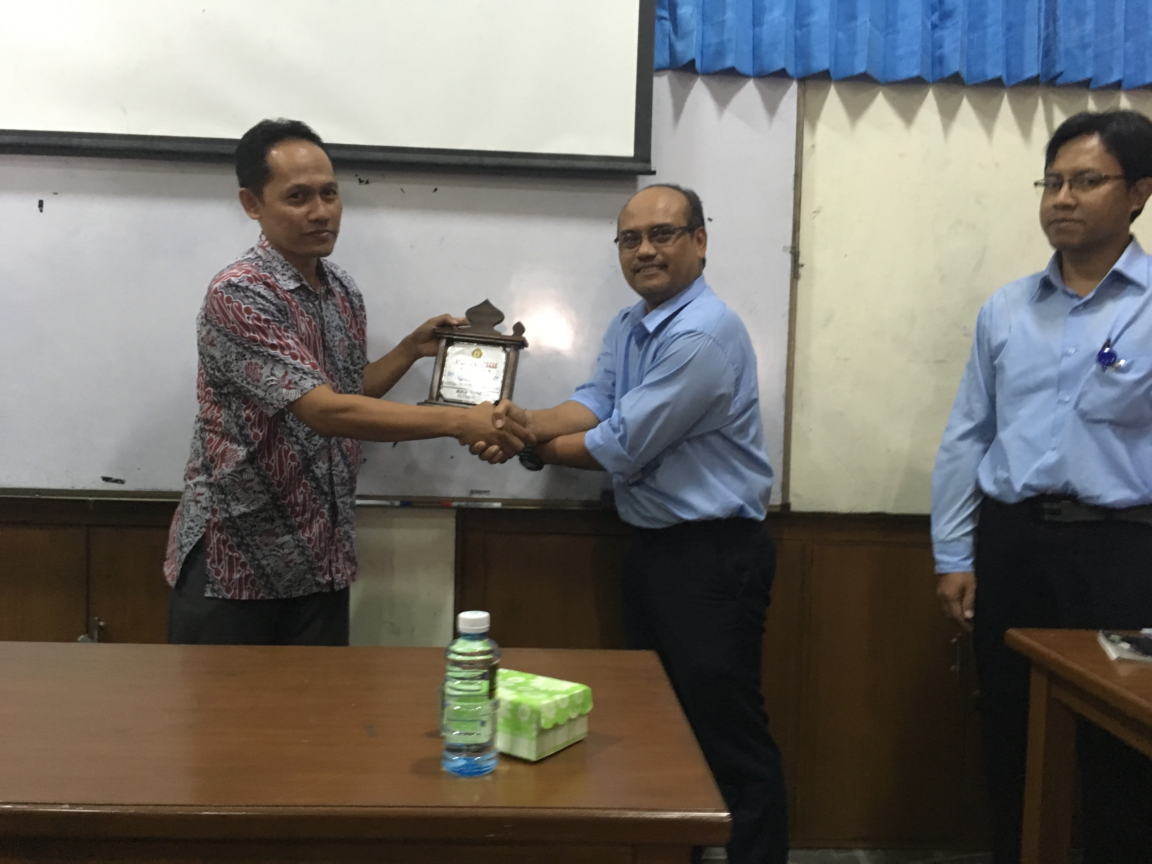 Peyerahan Plakat SMK Kirana 1 Sragen Teknik Geologi FTM IST AKPRIND (2)
