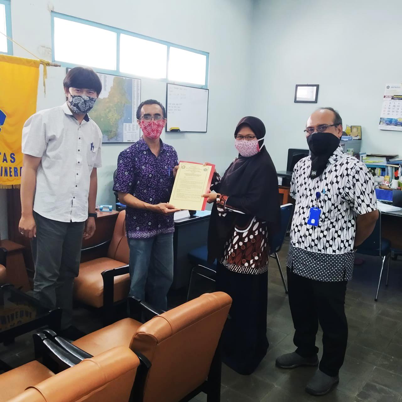 Bapak Dr. Ir. Setyo Pambudi, M.T. (Dekan FTM ITNY) bersama dengan Ibu Dr. Sri Mulyaningsi, S.T., M.T (Dekan FTM ISTA)